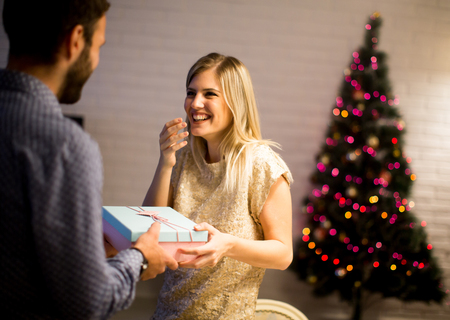 Happy young couple with present at Christmas time 版權商用圖片 - 90265126