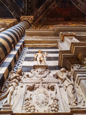 シエナ、イタリア 2016 年 9 月 21 日: イタリアのシエナ大聖堂の内部。シエナ大聖堂は、メアリーの仮定に専用されて
