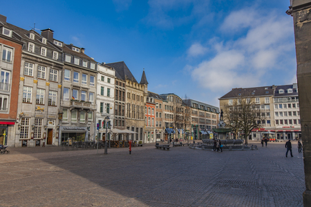 Aken, Duitsland - 22 februari 2015: Niet-geïdentificeerde mensen op de straat van Aken, Duitsland. Aken is een historisch belangrijke stad, spa en universitair centrum in Noord-Rijnland-Westfalen.
