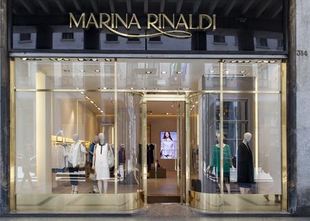 투린, 이탈리아 -2011 년 6 월 3 일 : 마리나 리 날 디 저장소 이탈리아 토리노. 마리나 리 날디 (Marina Rinaldi)는 이탈리아 맥스 마라 패션 그룹의 여성복 브 에디토리얼