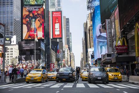 NEW YORK, Verenigde Staten - 31 augustus 2017: Niet-geïdentificeerde mensen op het Times Square, New York. Times Square is de populairste toeristenlocatie in New York City.