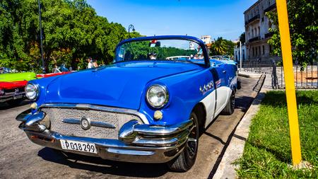 하바나, 쿠바 -2011 년 7 월 1 일 : 쿠바, 하바나의 거리에 빈티지 자동차. 쿠바의 거리에는 빈티지 자동차가 60.000 개가 넘습니다.