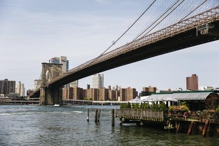 ニューヨークのブルックリン ブリッジ、ニューヨーク、アメリカ合衆国 - 2017 年 8 月 27 日: ビュー。これは 1883 で開かれた、米国で最も古い道路橋