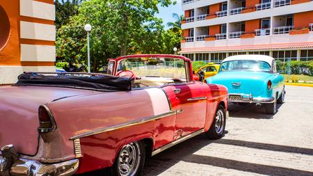 ハバナ, キューバの路上でハバナ、キューバ - 2017 年 7 月 1 日: ヴィンテージ車。キューバの路上で以上 60.000 ビンテージ車があります。