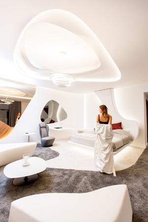 自宅で近代的な寝室でポーズをとる若い女性 写真素材 - 91391895