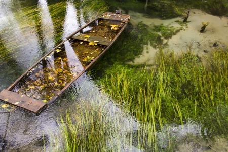 Uitzicht op oude gezonken boot op Una rivier in Bosnië Stockfoto