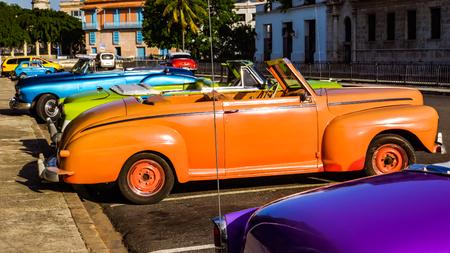 HAVANA, CUBA - JULI 1, 2017: Uitstekende auto op de straat van Havana, Cuba. Er zijn meer dan 60.000 vintage auto's in de straten van Cuba.