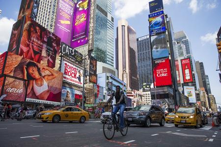 NEW YORK, Verenigde Staten - 31 augustus 2017: Niet-geïdentificeerde mensen op het Times Square, New York. Times Square is de populairste toeristenlocatie in New York City. Stockfoto - 91925199