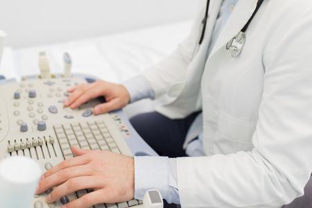 Gros plan, détail, docteur, utilise, ultrason, pour examiner le patient