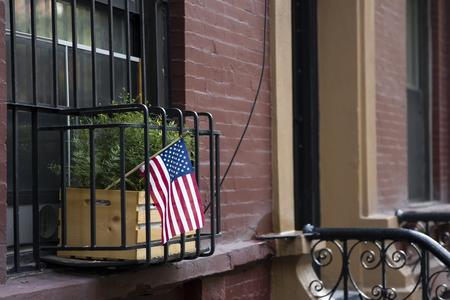 ニューヨーク市の伝統的なブイディングにアメリカの旗、アメリカ合衆国