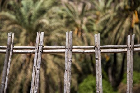 Close-updetail van de oude houten omheining in Agadir, Marokko