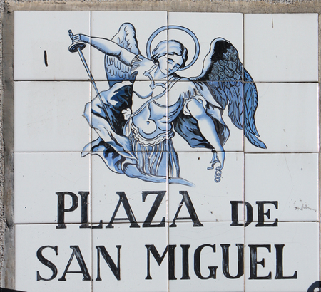 MADRID, SPAIN - MARCH 14, 2016 : Closeup of street sign in Madrid, Spain. Street signs in Madrid are hand-painted ceramic tiles typically composed within 9 or 12 tiles and depict name of the alley or street. 新聞圖片