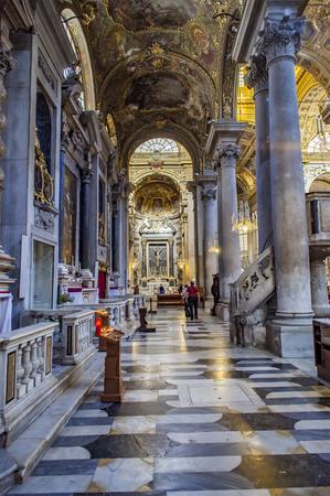 제노바, 이탈리아 -2010 년 6 월 2 일 : 제노바, 이탈리아에서 La Basilica di Nostra Signora delle Vigne에서 unententified 사람들. 이 로마 가톨릭 교회는 10 세기에 알 에디토리얼