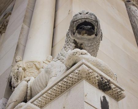 クロアチア、スプリトの聖ドムニウス大聖堂のライオン彫刻を見る