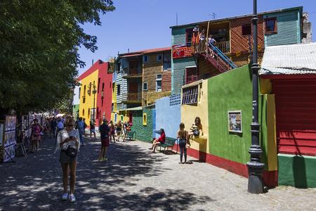 BUENOS AIRES, ARGENTINIË - JANUARI 20, 2018: Niet-geïdentificeerde mensen bij Caminito-straat in La Boca, Buenos Aires, Argentinië. Deze 100 meter lange traditionele steeg vol met kleurrijke huizen was een van de grootste toeristische hotspot in Buenos Aires.