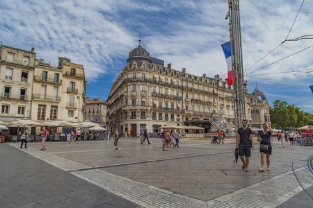 MONTPELLIER, FRANCE - JULY 13, 2015: Unidentified people at Place de la Comedie in Montpeller, France. This square is the main focal point of the city of Montpellier. 版權商用圖片 - 95866977