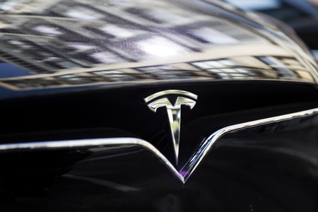 NEW YORK, DE VS - 30 AUGUSTUS, 2017: Detail van Tesla-auto in New York. Het is een Amerikaans bedrijf dat gespecialiseerd is in elektrische automotieven, opgericht in 2003.