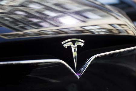 NEW YORK, USA - 30 août 2017: Détail de la voiture Tesla à New York. Il s'agit d'une entreprise américaine spécialisée dans les automobiles électriques fondée en 2003.