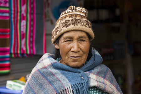 COPACABANA, BOLIVIA - JANUARY 8, 2018: Unindentified woman on the street of Copacabana, Bolivia. 写真素材 - 96739367