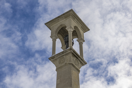 サンマリノのサン・キリーノ教会の前にあるサンフランチェスコ記念碑で見る 写真素材