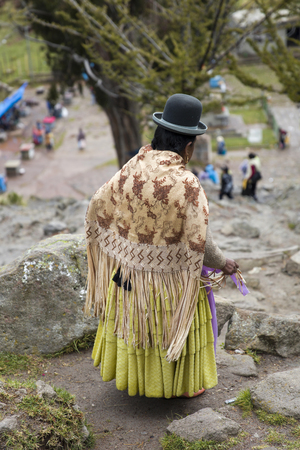 COPACABANA, BOLIVIA - JANUARY 7, 2018: Unindentified woman on the street of Copacabana, Bolivia. Copacabana is the main Bolivian town on the Lake Titicaca 写真素材 - 96739377
