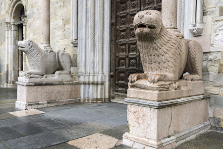Lion statues in front of Parma Cathedral, Italy. Statues were made by Giambono da Bissono in 1281. Banque d'images - 97146143
