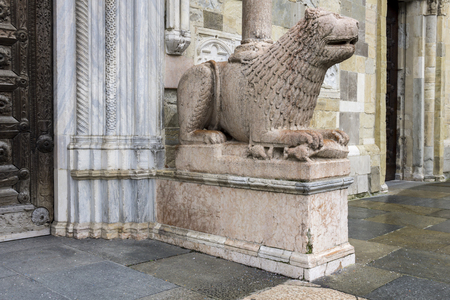 Lion statue in front of Parma Cathedral, Italy. Statue was made by Giambono da Bissono in 1281. Banque d'images - 97177763