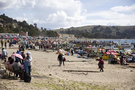 コパカバーナ、ボリビア - 1月 6, 2018: ボリビアのコパカバーナのチチカカ湖の湖の上のインデントされた人々.コパカバーナはチチカカ湖の主要なボ