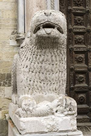 파르마 대성당, 이탈리아 앞 사자 동상. 동상은 1281 년 Giambono da Bissono에 의해 만들어졌습니다. 스톡 콘텐츠