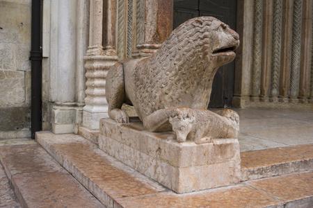 이탈리아 모데나의 두오모 앞에서기도와 사자 조각보기 스톡 콘텐츠 - 97896145