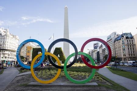 BUENOS AIRES, ARGENTINIË - JANUARI 22, 2018: Olympische ringen door Obelisco in Buenos Aires, Argentinië. Olympische Zomerspelen voor de jeugd staan gepland op 1-6 oktober 2018 in Buenos Aires.
