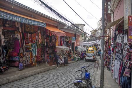 LA PAZ, ボリビア - 1月 10, 2018: ボリビアのラパスの魔女市場の人々.セロ・クンブレにある人気の観光スポットです。