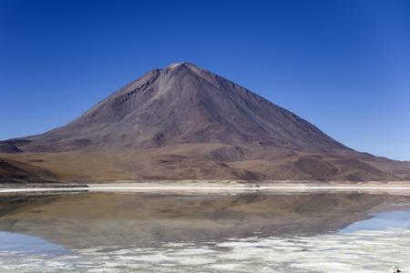 ボリビアのレゼルバ・ナシオナル・デ・ファウナ・アンディーナ・エドゥアルド・アヴァロアのラグーナ・ヴェルデ湖とリカンカブル火山での眺め