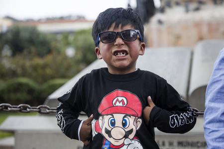 LA PAZ, ボリビア - 1月 12, 2018: ボリビアのラパス通りで正体不明の少年.標高3650mのラパスは世界で最も高い首都です