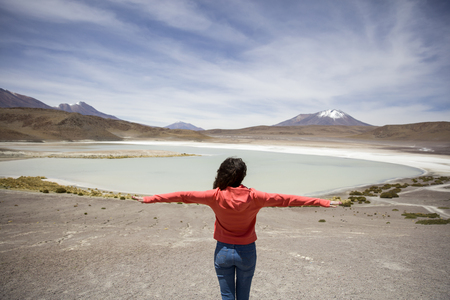 ボリビアのアンデアン・アルティプラノのラグーナ・ヘディオンダの若い女性