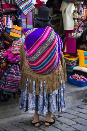LA PAZ, ボリビア - 1月 10, 2018: ボリビアのラパスの魔女市場で身元不明の女性.セロ・クンブレにある人気の観光スポットです。