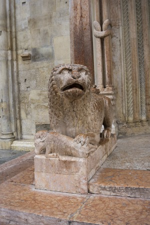 View at sculpture of lion with pray in front of Duomo in Modena, Italy 스톡 콘텐츠 - 97965024