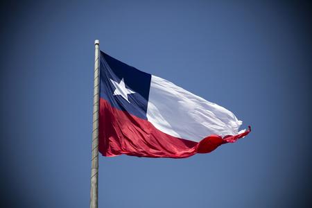 Chileense vlag die onder blauwe hemel golft