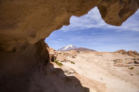 ボリビアのレゼルバ・ナシオナル・デ・ファウナ・アンディナ・エドゥアルド・アヴァロアのリカンカブル火山での眺め