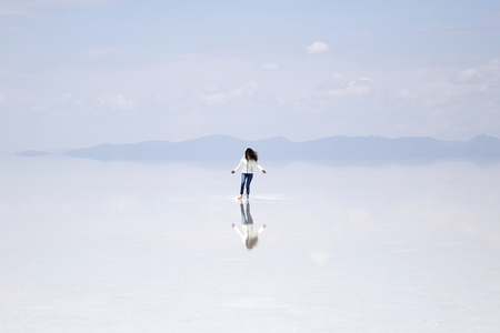 Young woman at Salar de uyuni salt flat in Bolivia Stock fotó - 99149779