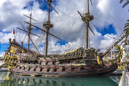 GENUA, ITALIEN - 9. MÄRZ 2018: Galeone Neptun in Porto Antico in Genua, Italien. Es ist eine Schiffsreplik einer spanischen Galeone aus dem 17. Jahrhundert, die 1985 für Roman Polanskis Film Pirates gebaut wurde.