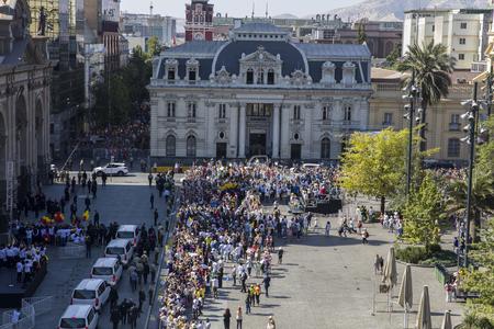 サンティアゴ・デ・チリ, チリ - 1月 16, 2018: 教皇フランシスコの訪問中にサンティアゴ・デ・チリの通りで身元不明の人々.チリでの4日間の訪問中、