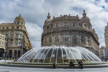 제노바, 이탈리아 -2018 년 3 월 9 일 : 제노바, 이탈리아에서 피아 자 데 페라리에 정체 불명 된 사람들. Piazza De Ferrari는 제노바의 주요 광장입니다. 에디토리얼