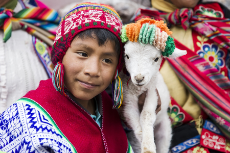 CUSCO, PERU - 31 DECEMBER 2017: Niet-geïdentificeerde jongen op de straat van Cusco, Peru. Bijna 29% van de bevolking van Cusco heeft minder dan 14 jaar.