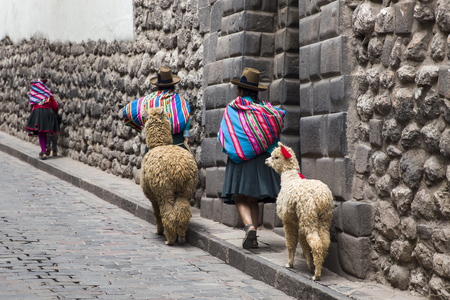 CUSCO, PERU - JANUARY 1, 2018: Unidentified women on the street of Cusco, Peru. the Entire city of Cusco was designated a UNESCO World Heritage Site in 1983. 에디토리얼