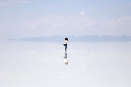 Young woman at Salar de uyuni salt flat in Bolivia Stock fotó - 99744072