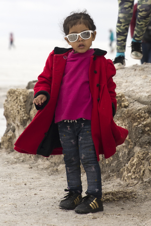 SALAR DE UYUNI, BOLIVIA - JANUARY 13, 2018: Unidentified little girl at Salar de uyuni in Bolivia. It is the worlds largest salt flat. Redactioneel