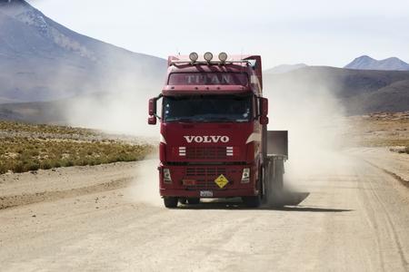 ボリビア - 1月 14, 2018: ボリビアの未舗装道路上のトラック.2004年には、ボリビアの道路の92%以上が舗装されなかった。 報道画像