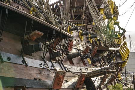 GÉNOVA, ITALIA - 9 DE MARZO DE 2018: Galleon Neptun en Porto antico en Génova, Italia. Es una réplica de un galeón español del siglo XVII construido en 1985 para la película Pirates de Roman Polanski. Foto de archivo - 99928804