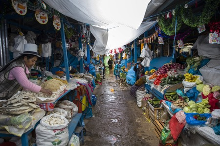 CUSCO, PERU - JANUARY 2, 2018: Unidentified people on the San Pedro Market in Cusco, Peru. Markets play very important part of todays culture in Peru. 写真素材 - 100452384